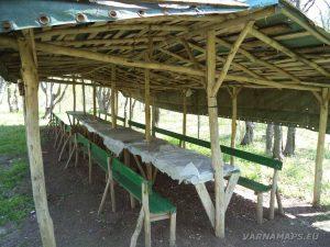 Местност Гюре Бахча - ловен заслон с маси пейки, който се намира по трасето