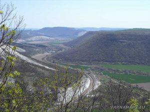 """Скален манастир """"Гюре Бахча"""" - страхотен изглед от скалната тераса към низината на Провадийска река"""