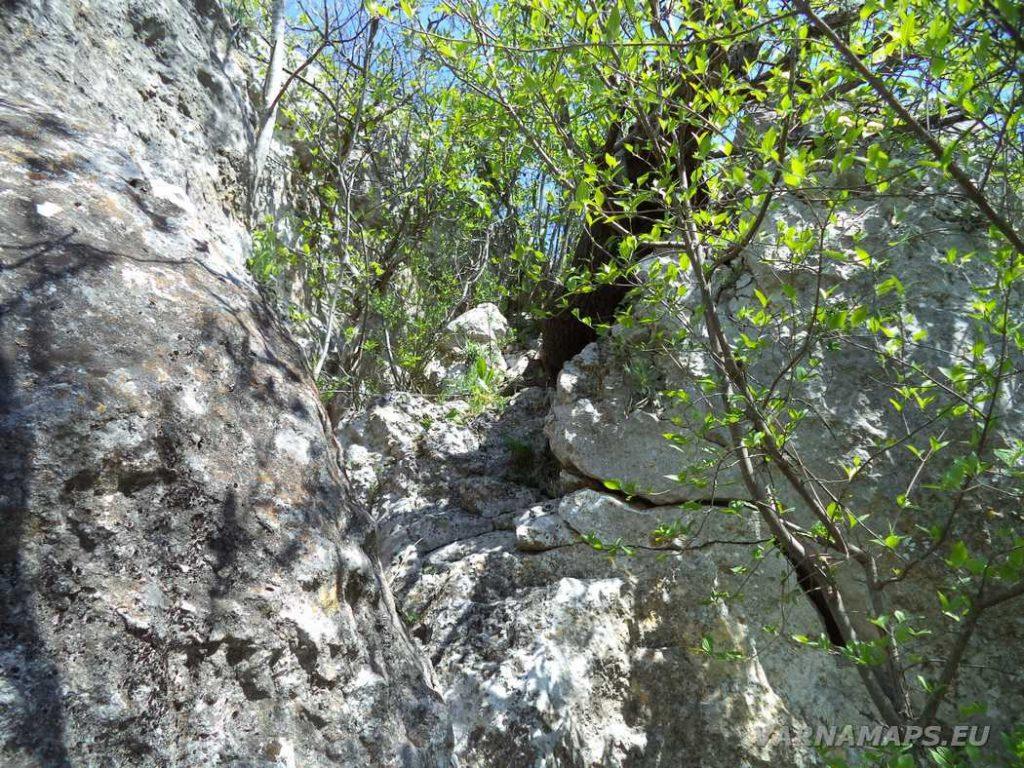 """Скални манастири """"Гюре Бахча"""" - скалния процеп за слизане на долното ниво на скалите"""