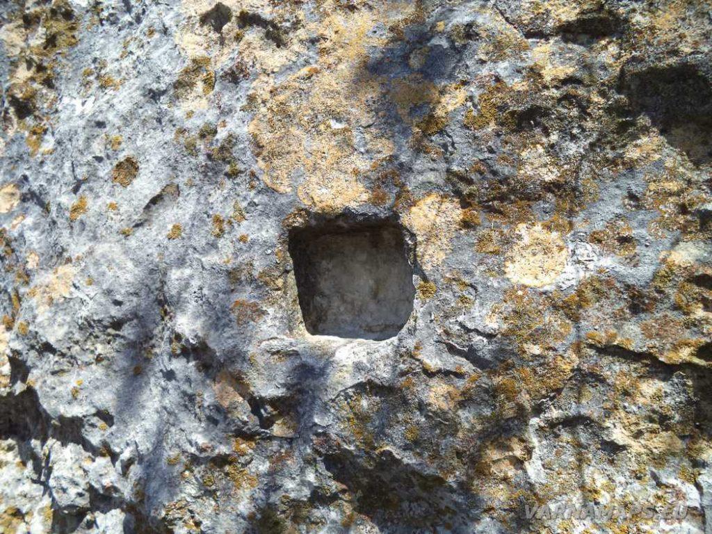 """Скален манастир """"Гюре Бахча"""" - издълбани отвори за стъпване в скалите за слизане на долното ниво на скалната тераса"""