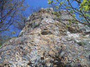 """Скален манастир """"Гюре Бахча"""" - скалите, покрай които се слиза на долното ниво на скалната тераса"""