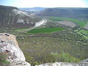 """Скални манастири """"Гюре Бахча"""" - красив изглед от скалите към низината на Провадийска река"""
