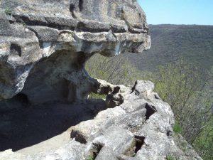 """Скален манастир """"Гюре Бахча"""" - погледнат отстрани"""