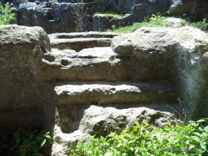 """Скален манастир """"Гюре Бахча"""" - скалните стълби при входа на манастира"""