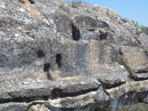 """Скален манастир """"Гюре Бахча"""" - система от изсечени канали над манастира, които насочват дъждовната вода в ритуалните ниши на пода"""