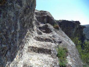 """Скален манастир """"Гюре Бахча"""" - изсечени в скалата стълби, които свързват западните монашески килии"""