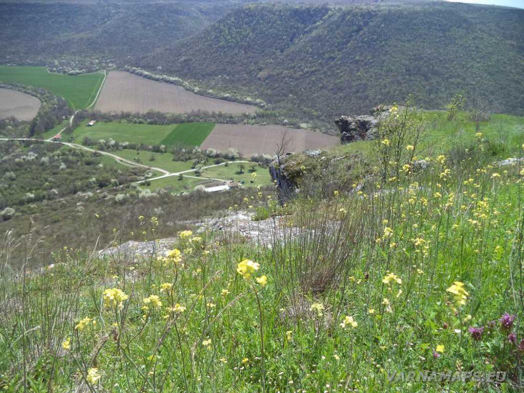 """Скални манастири """"Гюре Бахча"""" - поглед към низината от скалите"""
