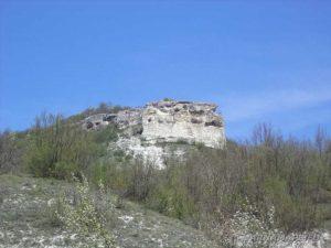 """Скални манастири """"Гюре Бахча"""" - изглед на скалите от пътечката към тях"""