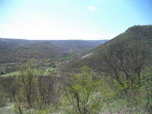 """Скални манастири """"Гюре Бахча"""" - изглед към низината от скалната пътечка към хълма"""