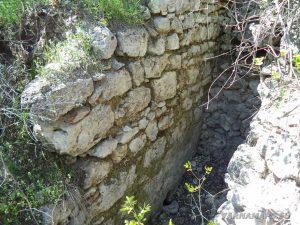 """Скален манастир """"Гюре Бахча"""" - запазени останки от стена на средновековна крепост"""