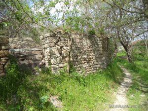 Водопад Шарлъка - стари кирпичени огради в с. Могила