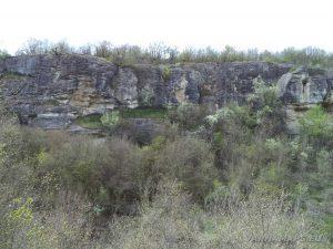 Водопад Шарлъка - непрестъпните скали по маршрута за водопада