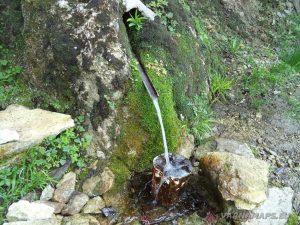 Водопад Шарлъка - Лековитата чешма, която се намира по маршрута