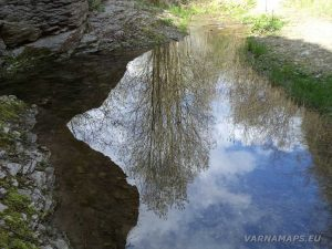 Водопад Шарлъка - отражение на синьото небе в езерцето на водопада