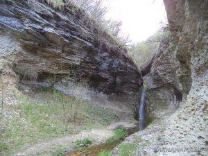 """Водопад Шарлъка - скалната """"галерия"""", където се намира водопада"""