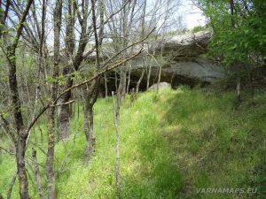 Провадийското плато - малка пещера под скалите