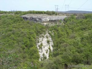 Провадийското плато - изглед към отсрещния хълм със скалните стълби