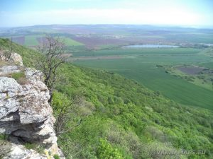 Местност Канарата - красива гледка от скалите над манастира