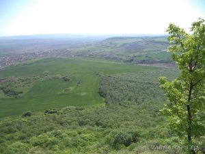 Местност Канарата - гледка от скалите към с. Бозвелийско