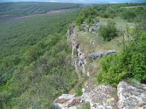 Местност Канарата -красивия скален венец над манастира