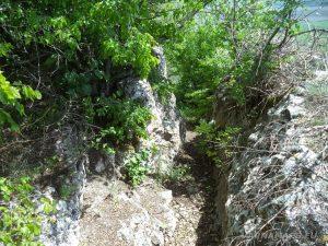 """Скален манастир """"Чукара"""" - проход в скалата, по който се слиза над манастира"""