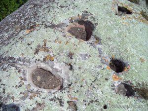 """Скален манастир """"Чукара"""" - интересни дупки върху скалата отгоре над манастира"""