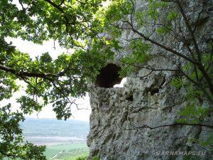 """Скален манастир """"Чукара"""" - скална ниша, която преминава през цялата скала"""