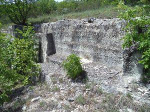 Старобългарско светилище - интересни дялани скални форми с прави ъгли
