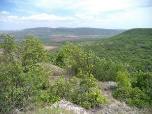 Старобългарско светилище - изглед от скалите към равнината