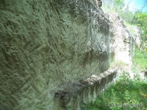 Старобългарско светилище - скална пейка издялана в скалите