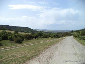 """Скален манастир """"Кара пещера"""" - панорамен изглед от пътя към местност Лагера"""