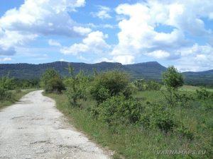 """Екопътека """"Веселиново"""" - изглед към скалното плато в началото на маршрута"""