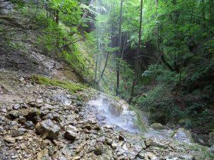 """Екопътека """"Веселиново"""" - водопад Малкия Скок - скалите обляни от водната струя"""