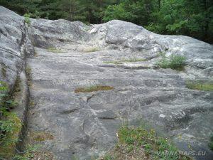 """Екопътека """"Веселиново"""" - """"Софрата"""" - голям трапецовиден скален олтар в центъра на скалите"""