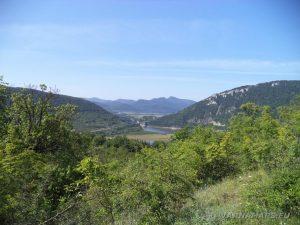 """Край язовир """"Цонево"""" - панорамен изглед към връх Коджа Кая в началото на маршрута"""