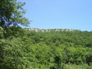 """Край язовир """"Цонево"""" - изглед към скалите на хълма """"Калето"""""""