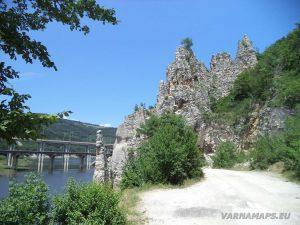Изглед към Чудните скали от стария път през тях