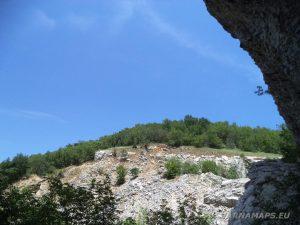 Чудните скали - изглед от скалната ниша под катераческия обект до природната забележителност