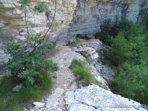 Чудните скали - пътеката под скалите на катераческия обект в близост до природната забележителност