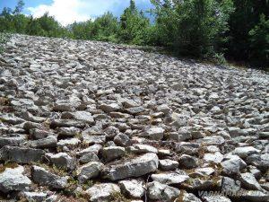 Чудните скали - интересно подредени дребни камъни на хълма край туристическия маршрута