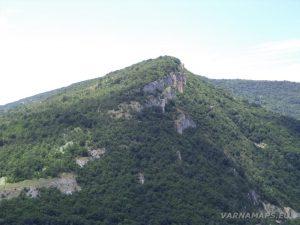 Чудните скали - поглед към отсрещния хълм, който се извисява срещу природната забележителност