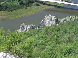 Чудните скали - изглед на природната забележителност от хълма над нея