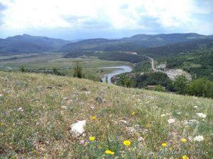 Чудните скали - красив планински пейзаж от хълма над природната забележителност