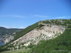 Чудните скали - поглед към хълма над природната забележителност