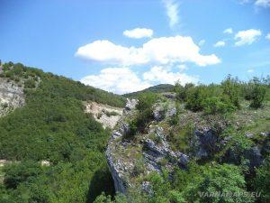 Чудните скали - скалния нос, от който се открива неповторимата панорама към природната забележителност