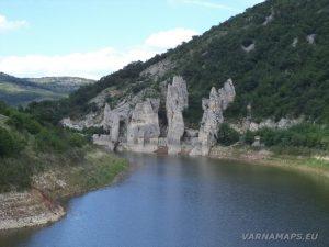 Чудните скали - поглед към тях от моста над язовира