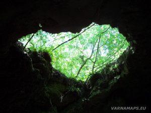 Местност Капладжата - скален отвор в тавана на пещера Долна Капладжа
