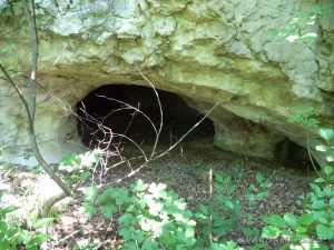 Местност Водениците - малка пещера по маршрута