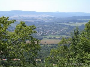 Местност Водениците - изглед от скалния венец над с. Черни връх