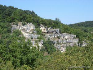 """Скално светилище """"Баджалията"""" - скалния масив, на който е скалната площадка пред храма"""